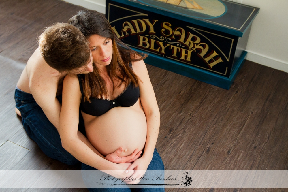 esprit boudoir, joli ventre rond, le souvenir en photo de votre grossesse, photographe bébé a domicile sur Paris, photographe maternité sur Paris, Séance photo femme enceinte, séance photo grossesse